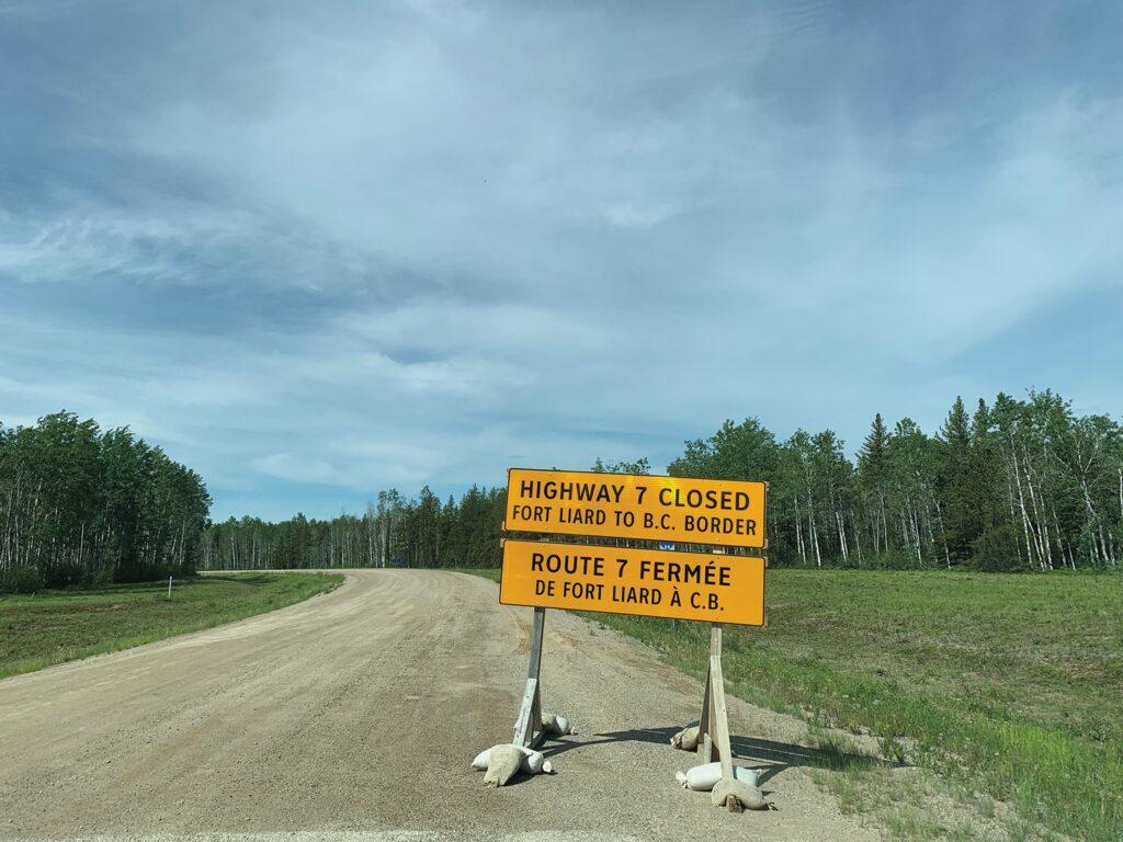 Un pannau routier indiquant la fermeture du la route vers Fort Liard, en Colombie-Britannique