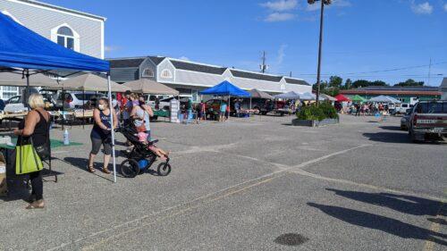 Les résidents de Kapuskasing qui explorent le marché des fermiers à coté dans le stationnement du Bureau de santé Porcupine