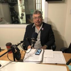 Le député fédéral des Territoires du Nord-Ouest, Michael McLeod, dans les studios de Radio Taïga.