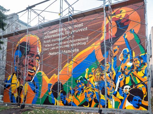 La murale très colorée en hommage à Nelson Mandela le poing levé