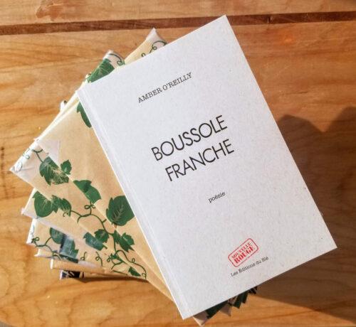 Le livre blanc sur une table en bois.