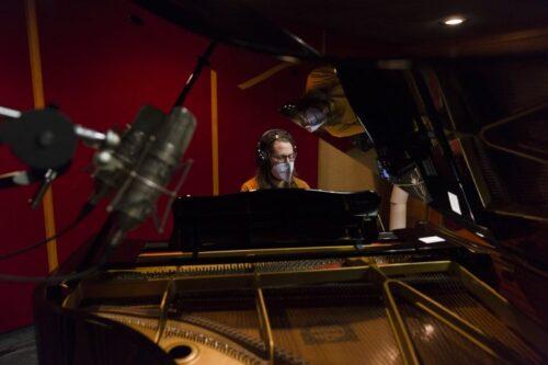 Le pianiste Éric Doucet à son piano