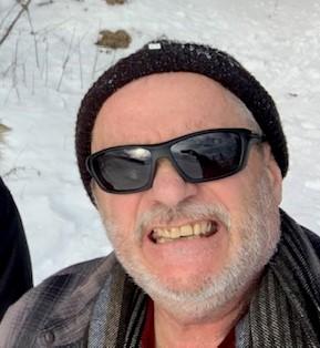 Gérard Picot à l'extérieur en hiver, souriant