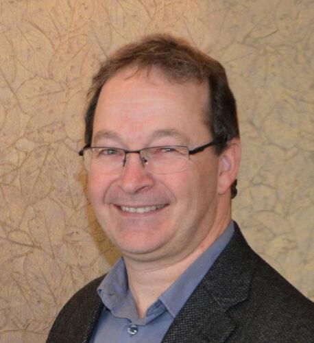 Rodney Doucet souriant en veston et chemise