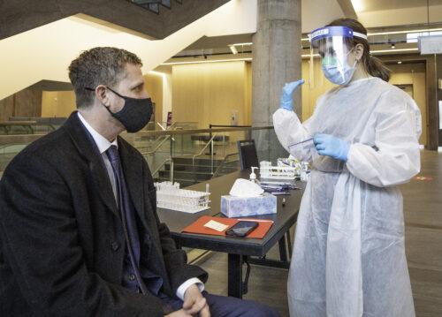 Le nouveau premier-ministre de la Nouvelle-Écosse Iain Rankin subit un test de dépistage de la COVID-19. (Photo Communication Nouvelle-Écosse)