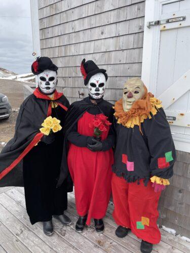 Des gens déguisés en mi-carêmes dans la région de Chéticamp.