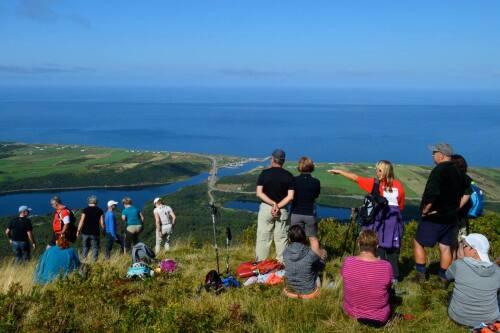 Des randonneurs admirant les paysages du Cap-Breton.