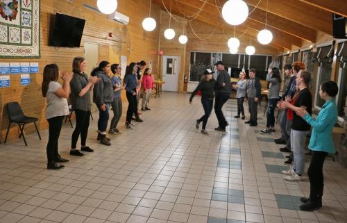 Des gens pratiquant la danse.