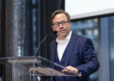 DominicMailloux sur un podium durant une conférence