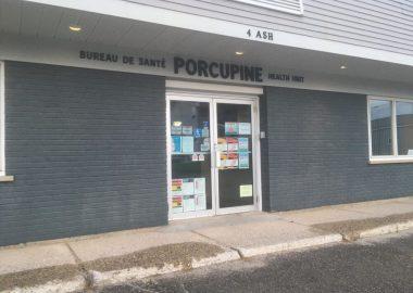 La porte d'entrée du Bureau de santé Porcupine à Kapuskasing