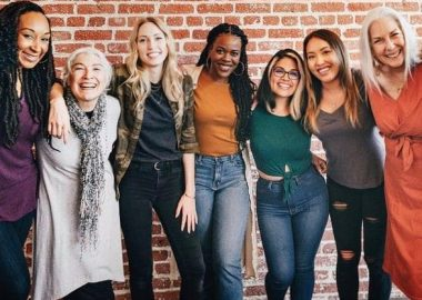 Sept femmes debout ensemble sont joyeuses