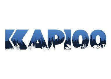 Le nouveau logo des festivités du 100e de Kapuskasing. On peut y voir le terme Kap100 en bleu et noir avec des petits arbres dessinés en blanc dans le bas du logo.