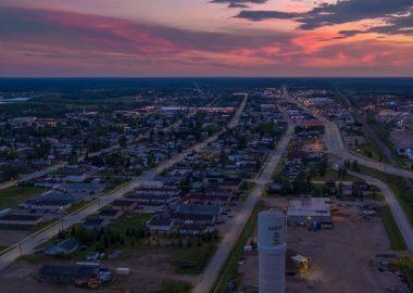 La ville de Hearst avec une vue aérienne lors d'un lever de soleil