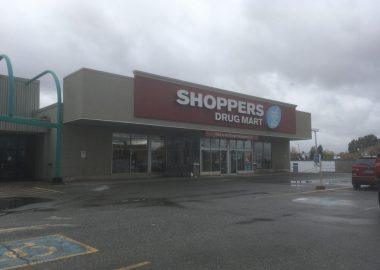 Le bâtiment de la pharmacie de Kapuskasing de la chaine Shoppers Drug Market