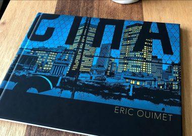 La page couverture du livre montre le centre-ville de Winnipeg pendant la nuit avec des fenêtres jaunes