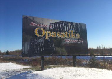 Le panneau à l'entrée de la ville d'Opasatika qui invitent les voyageurs à venir faire un tour