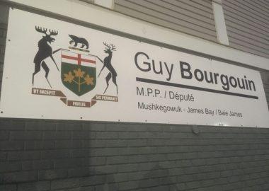 La pancarte de Guy Bourgouin tout près de son bureau à Kapuskasing