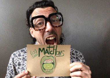 Éric tien dans ses mains un papier brun avec le titre de Li Show Matchons avec une bouche verte.