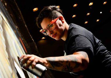 Portrait de Mique Michelle en train de faire un graffiti.