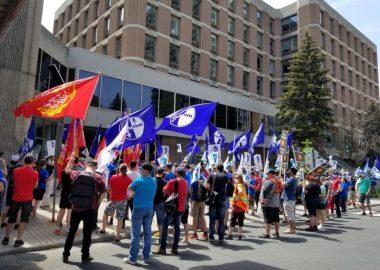 Des centaines de personnes manifestent avec des drapeaux des