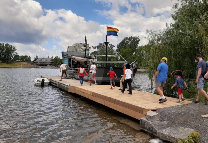 Groupe de personnes se dirigeant vers un bateau pirate.