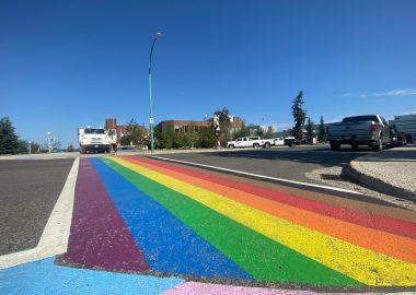 Une traverse piétonne aux couleurs de l'arc-en-ciel, devant la mairie de Yellowknife.