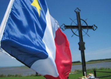 drapeau acadien et la croix de la déportation.