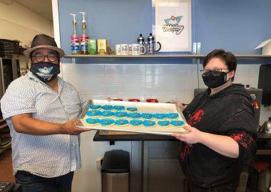 Jonathan Ramirez et Maddie Cry à la boulangerie Monkeycakes tenant un plateau de biscuits «Cookie Monster»