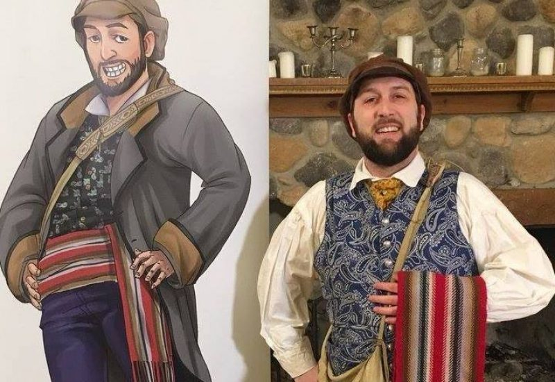 Rob Malo en costume de voyageur à côté d'une pancarte du personnage TiBert le Voyageur.