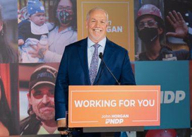 Le premier ministre sortant de la Colombie-Britannique, John Horgan, dirigera un gouvernement néo-démocrate majoritaire, avec au moins 55 sièges. Photo : BCNPD.ca