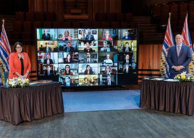 L'honorable Janet Austin, lieutenant-gouverneur de la Colombie-Britannique et le premier ministre John Horgan lors de la cérémonie virtuelle d'assermentation à Victoria. Photo : Gouvernement de la Colombie-Britannique.
