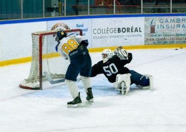 Un joueur des Flyers de Kapuskasing qui déjoue un gardien et marque