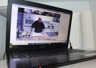 Le chef Pat à l'écran d'un ordinateur portable