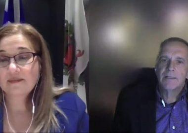 Une capture d'écran partagée de la séance municipale sur youtube. À gauche de l'écran Doreen Assad est dans son bureau. Elle porte une blouse mauve et des lunette. À droite de l'écran, Michel Gervais porte une chemise mauve et un veston noir