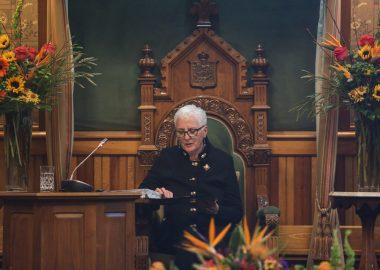 Brenda Murphy assise sur le trône du président de l'Assemblée législative