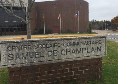 L'avant du Centre scolaire-communauatire Samuel-de-Champlain; le bâtiment est fait de brique et, devant, il y a une construction en brique sur lequel est écrit le nom du centre