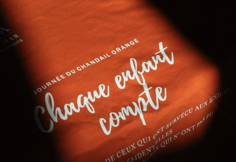 Un chandail orange pour ne pas oublier. Photo : Campus Saint-Jean