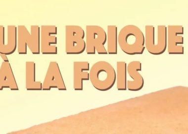 Une affiche qui montre une brique avec le nom de la campagne « Une brique à la fois ».