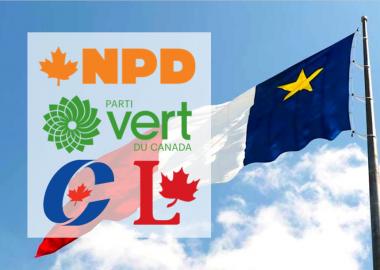 Le drapeau acadien sur fond de ciel bleu avec autour les 4 logo des parti, NPD, Vert, Conservateur et Libéral