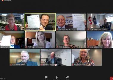 Une capture d'écran ou nous voyons tous les intervenants qui ont signés l'accord lors d'une réunion Zoom
