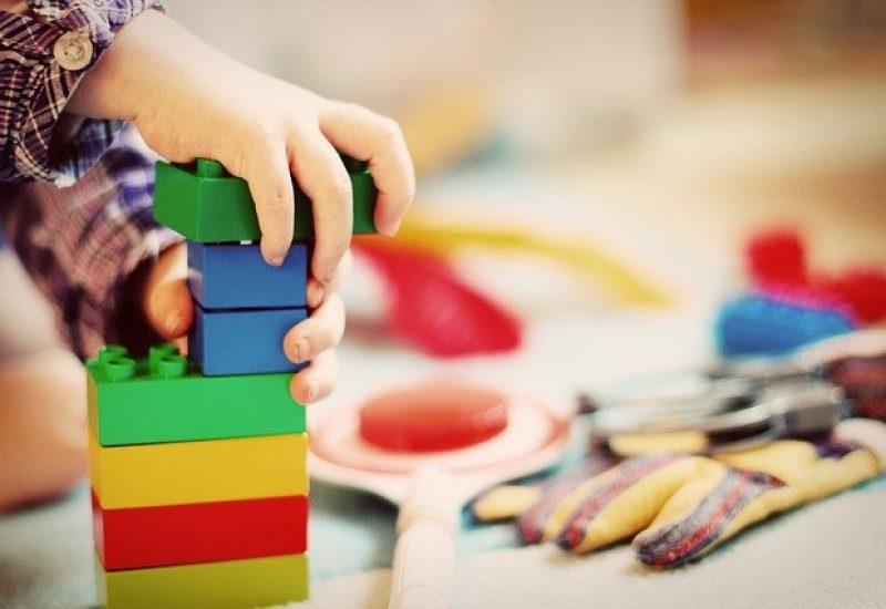 Un petit enfant prend des blocs pour jouer