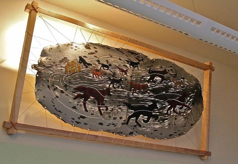 L'œuvre Le messager de la route blanche est inspirée de l'histoire de Jos Hébert et est installée à l'aéroport de Tête-à-la-Baleine. – Photo tirée du site web chantalharvey.com