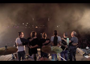 Le groupe de musique La Chicane sur scène devant la foule.