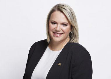 Christine Black, mairesse de Montréal-Nord , veston noir et blouse blanche sur fond blanc