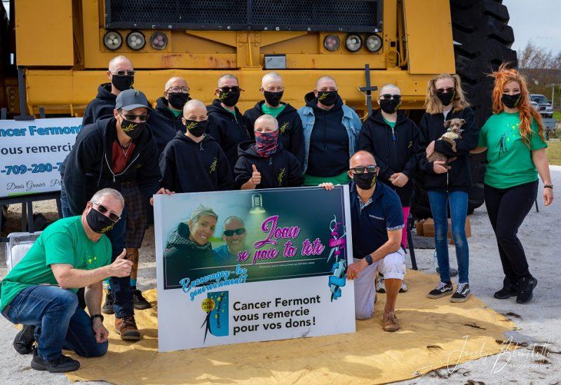 Des résidents de Fermont se sont fait raser les cheveux ou la barbe en échange de dons qui ont été remis à Cancer Fermont. Photo : Jocelyn Blanchette