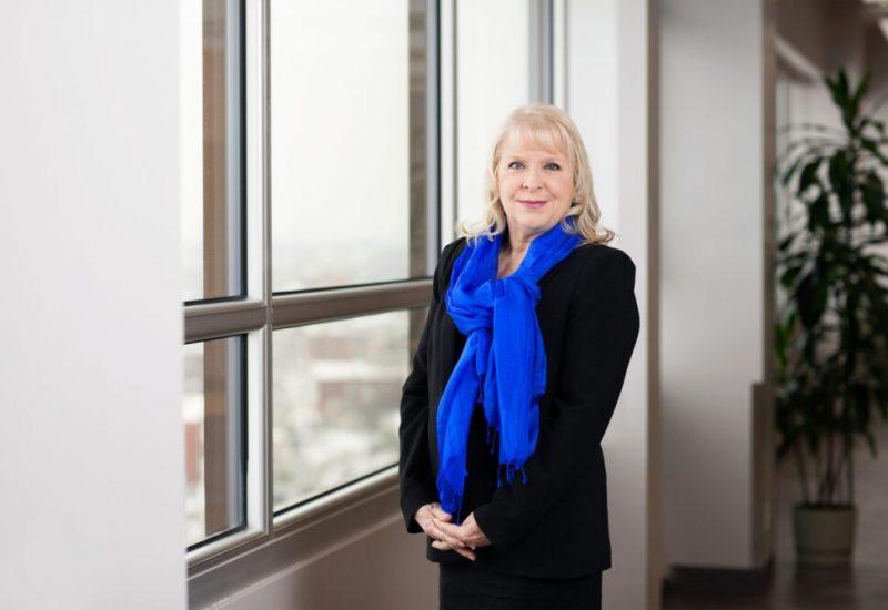 Diane Gabrielle-Tremblay vêtue d'une robe noire et un foulard bleu