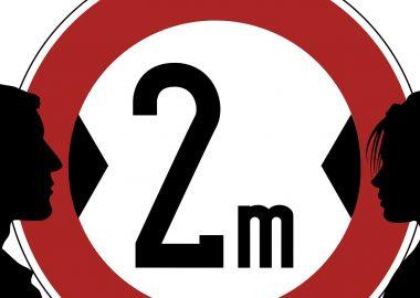 Un dessin de deux personnes séparées par un cercle rouge dans lequel il est écrit : 2m