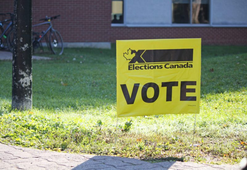 Enseigne VOTE jaune d'Élection Canada sur gazon