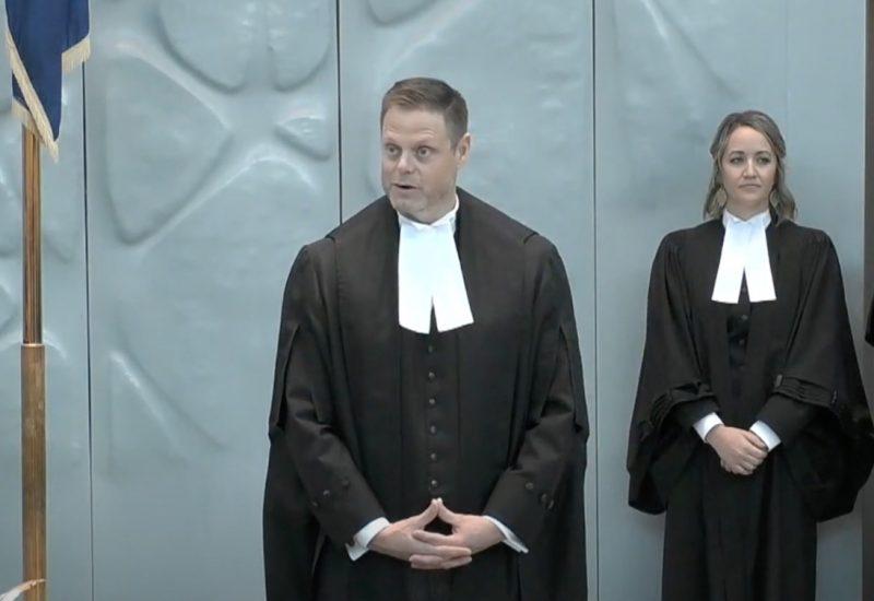 Vêtu d'un toge officielle, le greffier de l'Assemblé législative des T.N.-O, Tim Mercer, s'exprime en chambre.