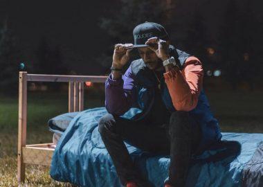 Timal Garnier assis sur un lit dans un parc